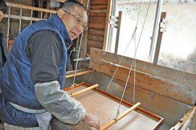 鍋野手漉き和紙保存会の代表・西野俊行さん